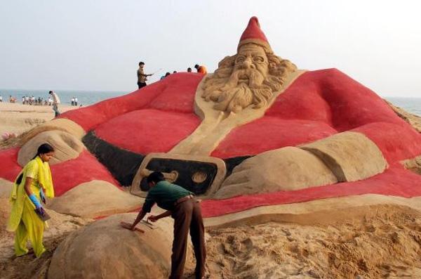 santa-claus-sand-sculptures-4
